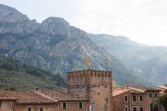 Stadshus med flaggor på den huvudsakliga ingången till den Fornalutx byn, Majorca Royaltyfria Bilder