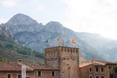 Stadshus med flaggor på den huvudsakliga ingången till den Fornalutx byn, Majorca Royaltyfri Bild