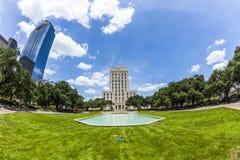Stadshus med springbrunnen och flaggan Royaltyfri Fotografi