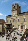 Stadshus med turister i Cortona Italien royaltyfri bild