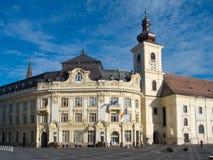 Stadshus och katolsk kyrka av Sibiu Arkivbild