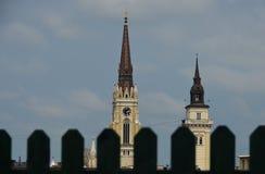 Stadshus och kyrkliga torn till och med staketet Fotografering för Bildbyråer
