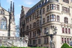 Stadshus- och Salvator kyrka - Duisburg - Tyskland arkivfoto