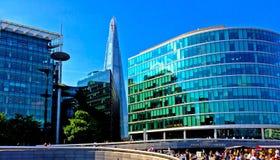 Stadshus och skärva vid flodThemsen London Arkivbild