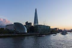 Stadshus och skärvan av den Glass skyskrapan Royaltyfria Bilder