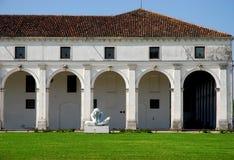 Stadshus och staty i Limena i landskapet av Padua i Veneto (Italien)) Royaltyfri Fotografi