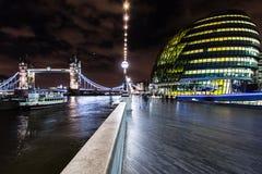 Stadshus- och tornbro i London brittisk huvudpanorama a Arkivfoto