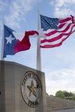 Stadshus och vinkande flaggor i Dallas Arkivfoto