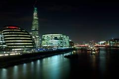 Stadshus-, skärvabyggnad och HMS Belfast på natten Royaltyfri Bild