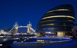 Stadshus, tornbro och flodThemsen i London Royaltyfri Foto