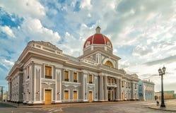 Stadshuset av den Cienfuegos staden på Jose Marti parkerar med några lokaler Fotografering för Bildbyråer