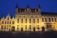 Stadshuset i Bruges på natten (Belgien) royaltyfria bilder