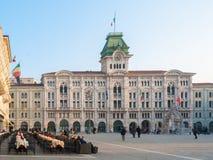 Stadshuset och den huvudsakliga fyrkanten av Trieste (nordliga Italien) Royaltyfri Foto