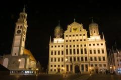Stadshuset och kyrkan St Peter av Augsburg, Tyskland under t arkivbilder