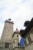 Stadshusklockatorn i Lucerne i Schweiz royaltyfri fotografi