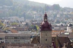 Stadshusklockatorn som står högt över stad av Lucerne Royaltyfri Foto
