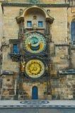 Stadshusklockatornet av Prague vid otta Arkivfoto