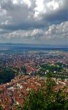 Stadsikt från ovannämnt och moln, Brasov, Rumänien royaltyfri bild