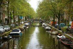 Stadskanaal op een bewolkte de herfstdag, Amsterdam Royalty-vrije Stock Foto's