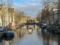 Stadskanal med fartyget i Amsterdam, Holland, Nederländerna fotografering för bildbyråer