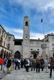Stadsklockatorn i Plazalogen i Dubrovnik Kroatien Arkivfoton