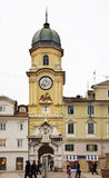 Stadsklockatorn i Rijeka croatia Arkivbild