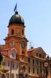 Stadsklockatornet på den huvudsakliga gatan av Rijeka, Kroatien Arkivbild