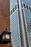 Stadsklok en Wolkenkrabbers, New York, de V.S. stock foto's