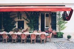 Stadskoffie met rieten stoelen op de stoep, klein restaurant Stock Fotografie