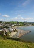 Stadskust en strand Criccieth de Noord- van Wales het UK in de zomer Stock Afbeeldingen