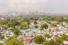 Stadskyrkogård i Manila, sikt från över Gammal kyrkogård med bostads- byggnader Stad av Manila, i soligt väder arkivfoto