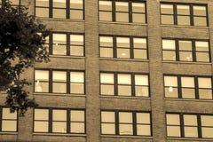 Stadslägenhetfönster på natten med ljus arkivbilder