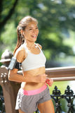 Stadslöpare som joggar med musik i New York City royaltyfri foto