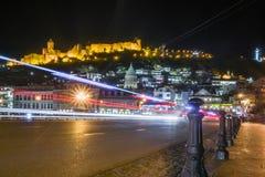 Stadslandschap bij nacht in Georgische hoofdtiflis royalty-vrije stock afbeelding