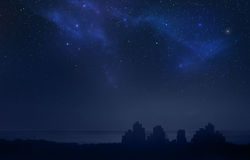 Stadslandschap bij nacht - sterrige hemel Royalty-vrije Stock Foto