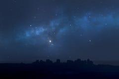 Stadslandschap bij nacht - sterrige hemel Royalty-vrije Stock Fotografie