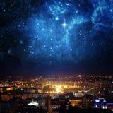 Stadslandschap bij nigh met hemel met sterren wordt gevuld die royalty-vrije stock foto