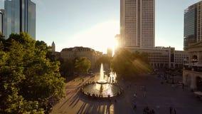 Stadslandschap bij romantische zonsonderganghemel stock videobeelden