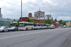 Stadslandschap in de zomer in de stad van Moskou De personenauto's en de bussen worden geparkeerd op een kant van de weg op Boris stock foto