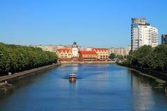 Stadslandschap, mening van het Vissendorp van de schraagbrug in Kaliningrad Stock Afbeelding