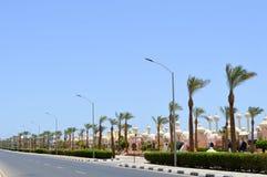 Stadslandschap met een weg, mooie tempels, moskees, gebouwen in de Arabische Moslim Islamitische Egyptische straat tegen de achte stock afbeelding