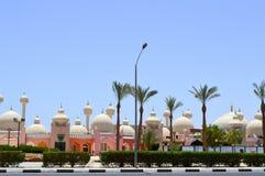 Stadslandschap met mooie tempels, moskees, gebouwen met ronde koepels in de Arabische Moslim Moslim Egyptische straat tegen B stock afbeelding