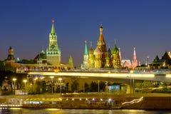 Stadslandschap met nachtmening over stijgende brug in Zaryadye en Rood Vierkant in Moskou royalty-vrije stock foto's