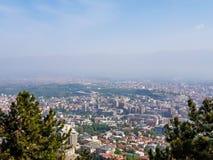 Stadslandschap op een zonnige dag met blauwe hemel stock afbeeldingen