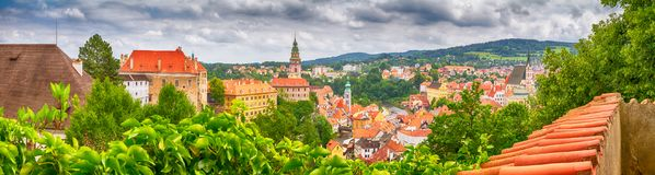 Stadslandschap, panorama, banner - bekijk meer dan historisch deel Cesky Krumlov met Vltava-rivier in de zomertijd royalty-vrije stock foto's