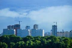 Stadslandschap van huizen onder royalty-vrije stock afbeelding