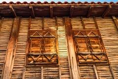 Stadslandschap - vensters van een oud blokhuis in Balkan stijl Stock Afbeelding