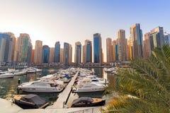 Stadslandskap av den Dubai marina på solnedgången Royaltyfri Bild