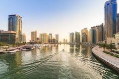 Stadslandskap av den Dubai marina på solnedgången Royaltyfri Foto