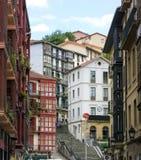 Stadslandskap av en liten hemtrevlig gata med applåderade hus i Bilbao Arkivbild